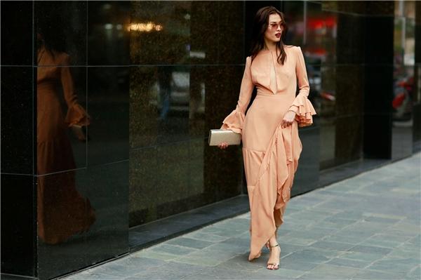 Cao Thiên Trang ngọt ngào với tông cam nhẹ nhàng. Thiết kế với phom xòe, rũ, chất liệu mềm mại phù hợp với những cô nàng ưa chuộng vẻ ngoài điệu đà.