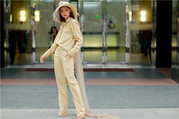 Hoàng Oanh hóa thân thành quý cô cổ điển với suit phom rộng tông vàng nhạt.