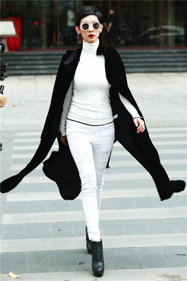 Xuân Lan khéo léo tạo điểm nhấn cho bộ cánh màu trắng trẻ trung bằng áo măng tô dáng dài với sắc đen tương phản.