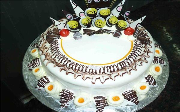 Hiện nay, không chỉ vào dịp sinh nhật, mà vào các bữa tiệc cũng thường sử dụng bánh kem.