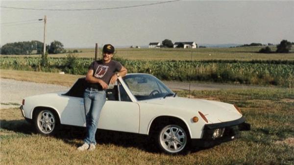 Ông Dave ngày trẻ với chiếc xe Porsche 914 1973 của mình.