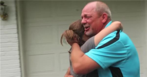 """Kristin hét lên: """"Ba à, nó là của ba đó!"""" Dave bất ngờ và hạnh phúc. Ông ôm chầm lấy con gái trong sự phút xúc động."""
