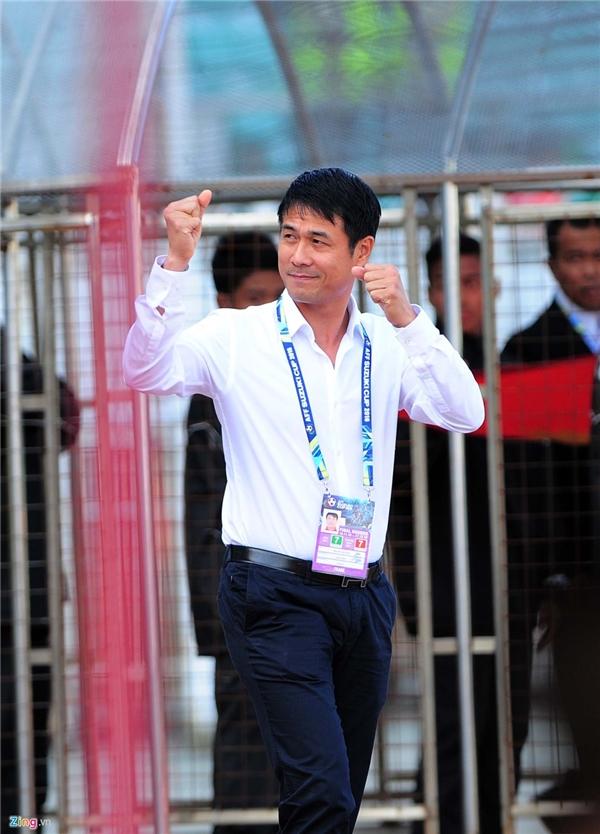 HLV Hữu Thắng đánh giá đây là một trận thắng khá may mắn của tuyển Việt Nam. (Ảnh: Zing)
