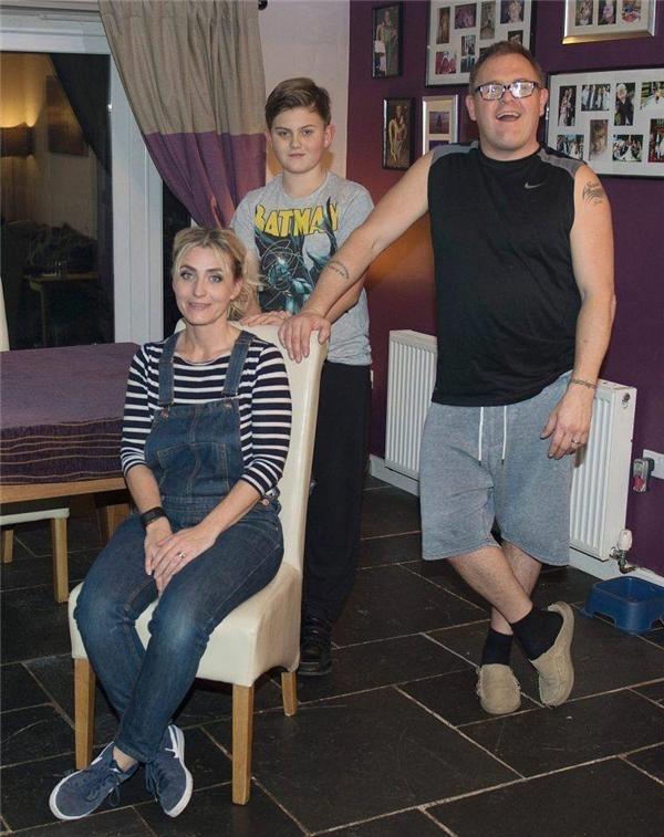 Gia đình ông Stephen trong căn hộ cũ khi chưa sửa chữa. (Ảnh: Internet)