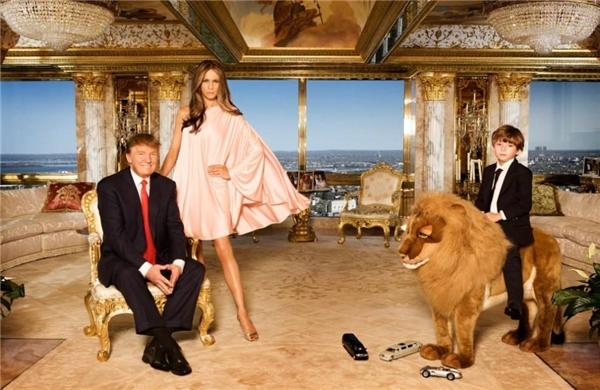 Căn phòng được thiết kế với gam màu vàng chủ đạo đầy sang trọng vàxa xỉ. Toàn bộ mọi chi tiết trong căn phòng đều được thiết kế theo đúng nguyên mẫu, kể cả chú chó đồ chơi cũng được sửa lại thành sư tử để cho giống hình mẫu trên mạng. (Ảnh: Internet)