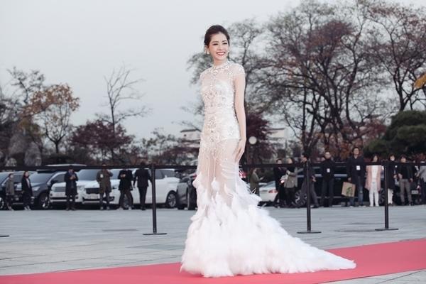 Chi Pu tỏa sáng trên đất Hàn khi diện bộ váy trắng đính kết đá, lông kì công, tinh tế của nhà thiết kế Đỗ Long. Nữ diễn viên ngày càng ưa chuộng mốt trang phục gợi cảm, quyến rũ hơn trong những lần xuất hiện gần đây.