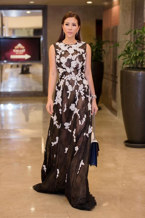 Hoa hậu Thu Hoài cũng tỏ ra không hề kém cạnh các đàn em với bộ váy xuyên thấu hàng hiệu đắt đỏ. Sức cuốn hút của hai tông màu trắng, đen tương phản dường như chưa bao giờ có dấu hiệu hạ nhiệt.