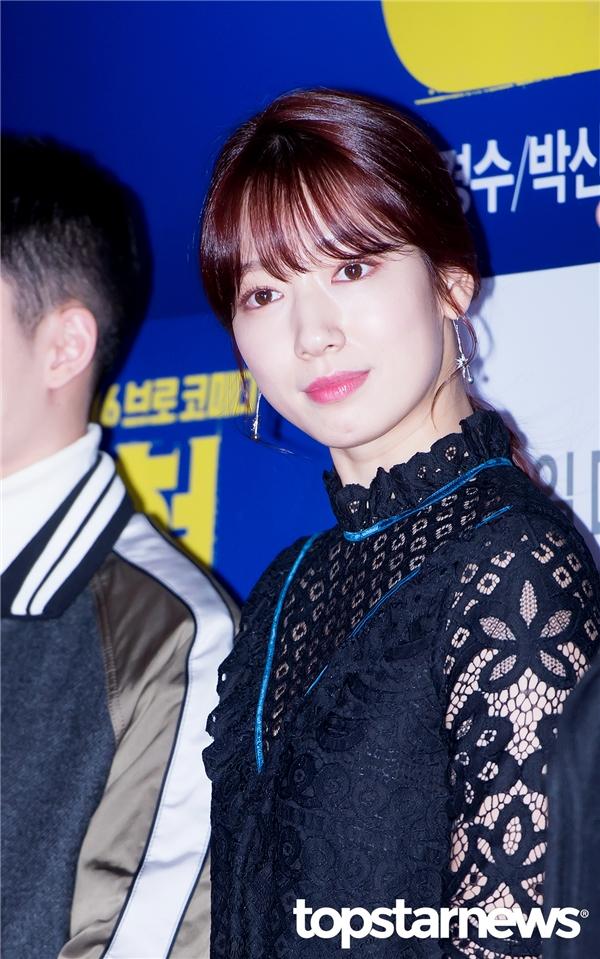 Như mọi khi, Park Shin Hye xuất hiện nổibật dù trong trang phục đơn giản tối màu. Không chỉ xinh đẹp, nữ diễn viên 26 tuổi còn toát lên vẻ sang trọng và sức hút khó cưỡng.