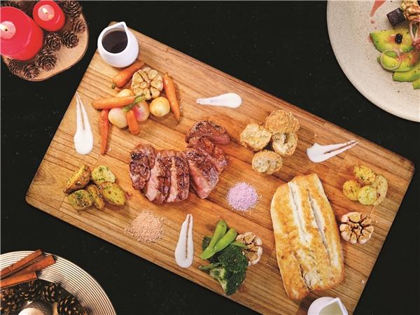 Cá Chẽm và Thăn Ngoại Bò Úc sẽ là điểm nhấn cho bữa tối Giáng Sinh của bạn tại Chill Dining.