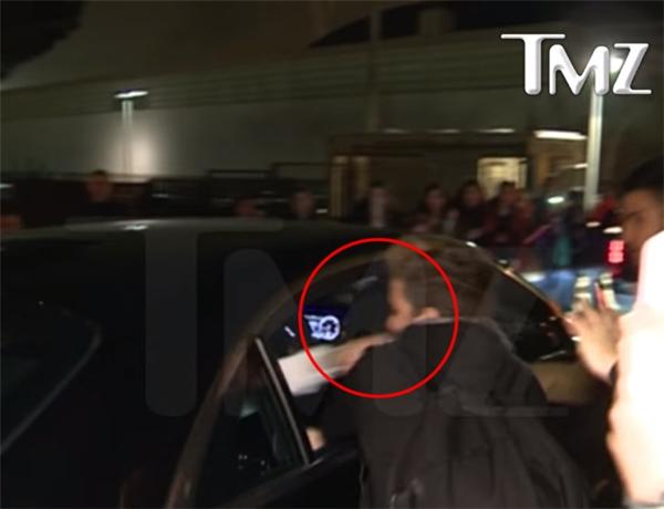 Justin đã rất bực mình, liền vung tay đấm vào mặt fan nam này.