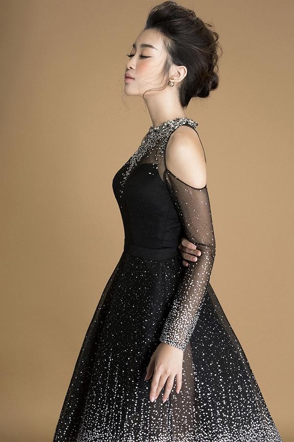 Với bộ trang phục này, Mỹ Linh chọn cách trang điểm, làm tóc tối giản để tôn lên nét thanh tú, ngọt ngào trên gương mặt.