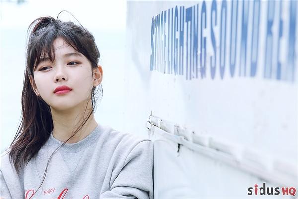 Khác với những người bạn cùng trang lứa, Kim Yoo Jung được nhận xét sở hữu thần thái riêng biệt cũng như khí chất của một mĩ nhân thế hệ mới. Cộng với khả năng diễn xuất tuyệt vời, cô nàng chắc chắn sẽ là nhân tố khiến làn sóng Hallyu càng thêm phát triển trong tương lai. Bộ ảnh cho thấy hầu hết những sắc thái của Kim Yoo Jung: khi thì đẹp dịu dàng tựa nữ thần, lúc lại trở nên cá tính hay bí ẩn toát lên sức quyến rũ khó cưỡng.