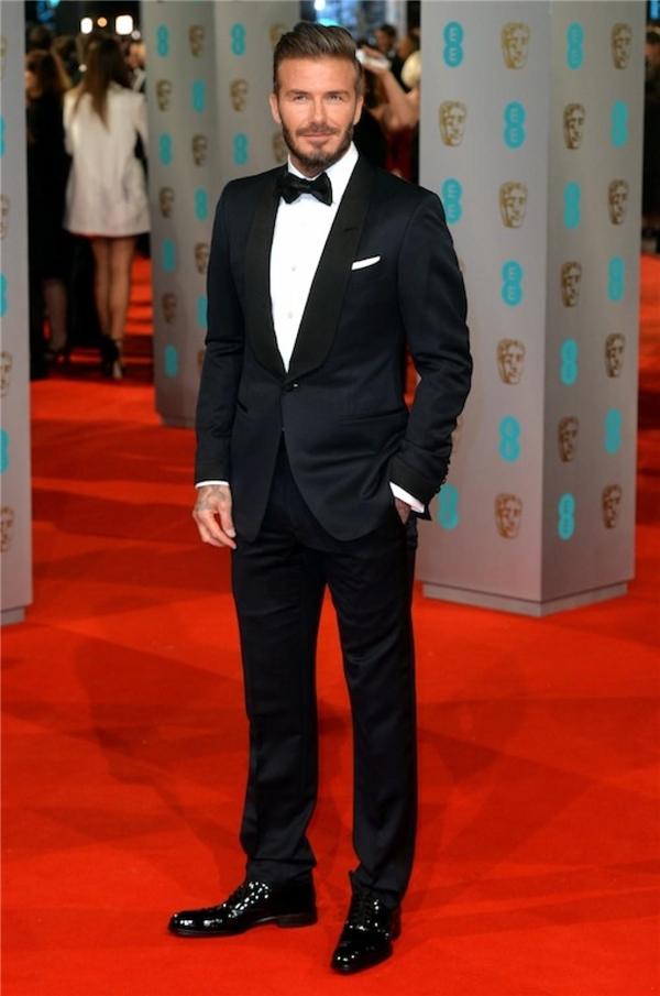 Hãy học hỏi theo danh thủ David Beckham để diện suit lịch lãm nhé.