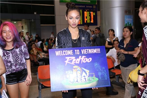 MaiNgô và Lilly Nguyễn vô cùng hồi hộp khi được đón Redfoo tại sân bay. - Tin sao Viet - Tin tuc sao Viet - Scandal sao Viet - Tin tuc cua Sao - Tin cua Sao