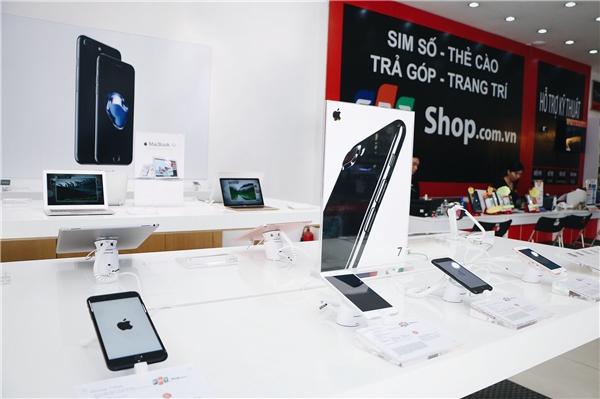 Khu trải nghiệm sản phẩm theo chuẩn Apple Authorized Reseller tại FPT Shop đáp ứng các tiêu chuẩn của Apple và được hiển thị tại Apple.com.