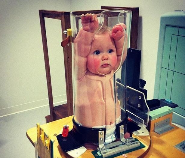 Sự thật ít biết đằng sau bức ảnh em bé bị nhốt trong ống nghiệm