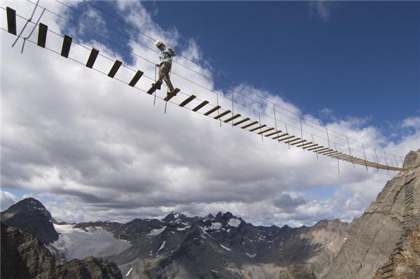Một người phụ nữ dũng cảm băng qua cây cầu dây ở British Columbia.
