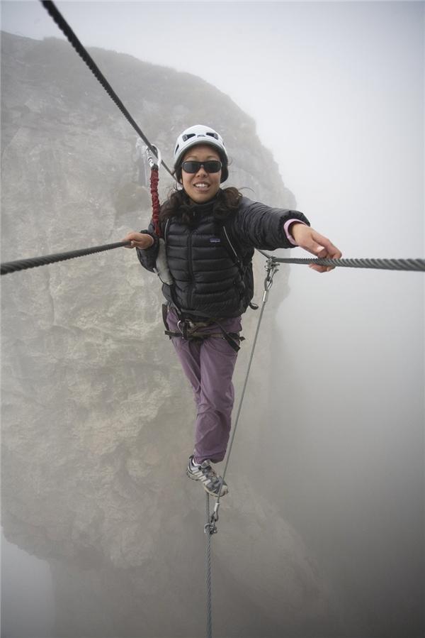"""Có cây cầu nào trên thế giới vượt cây cầu """"Le Roc du Vent"""" Via Ferrata ở núi Alpes, Pháp về độ kinh khủng chưa?"""