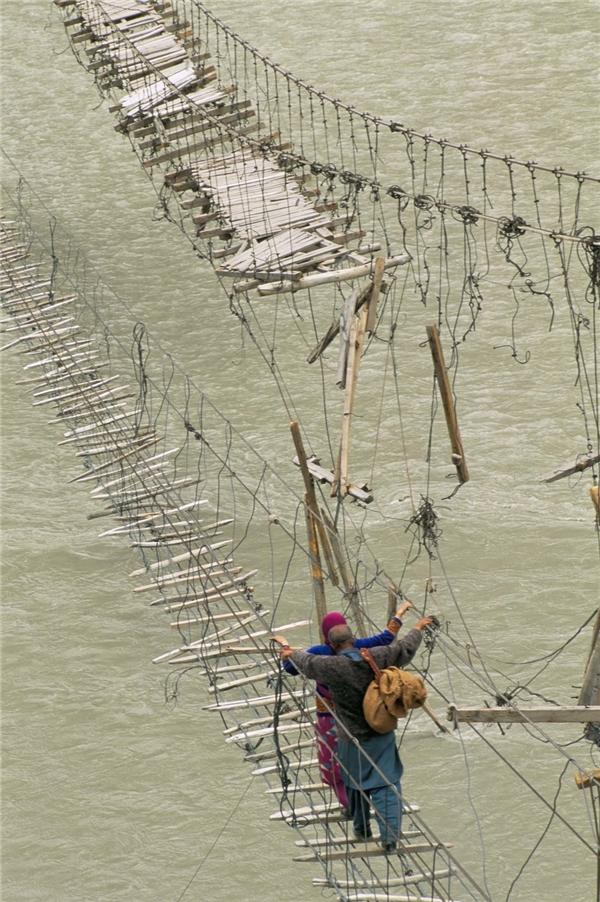 Những bước chân thận trọng qua một cây cầu gần Passu, Bojal, Pakistan.