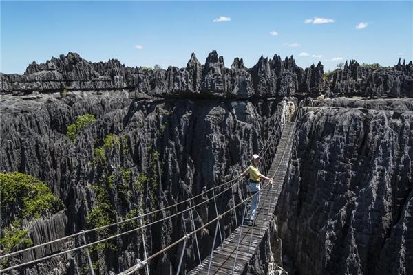 Đến với vườn quốc gia Tsingy du Bemaraha (Mahajanga, Madagascar), bạn sẽ có một kiểu ảnh ấn tượng thế này.