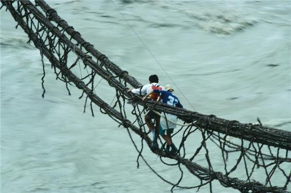 """Ở Askole, Pakistan cũng có một cây cầu """"gây đau tim"""" không kém."""
