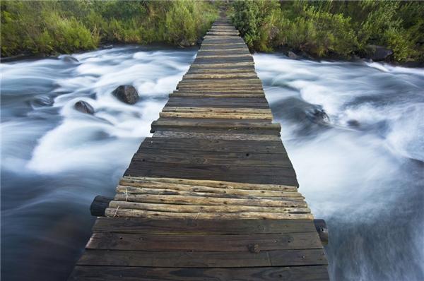 Cảnh tượng tuyệt đẹp khi trông từ cây cầu bắc ngang sông Del'mhlwazini ở Njesuthi thuộc Drakensberg, tỉnh Kwazulu Natal, Nam Phi.