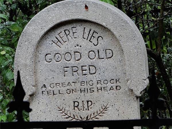 Đây là nơi cụ Fred tốt bụng yên nghỉ. Một tảng đá lớn đã rơi trúng đầu ông ấy.(Ảnh: Internet)