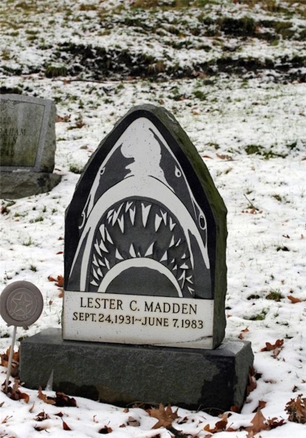 """Bia mộ """"chất chơi"""" nhất khu nghĩa trang.(Ảnh: Internet)"""
