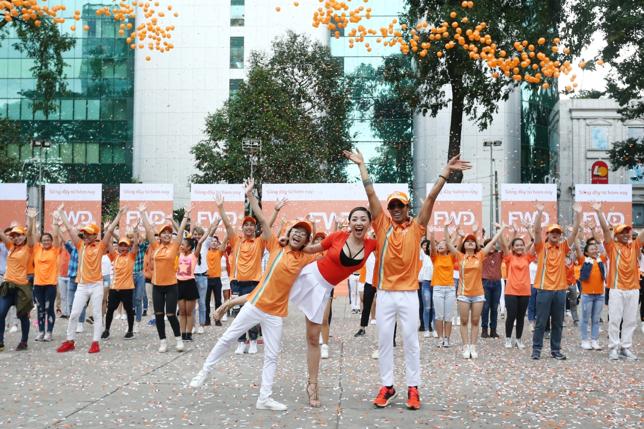 3 ca sĩ đã chọn flashmob – một hình thức vũ điệu cộng đồng để truyền tải trọn vẹn tinh thần vui sống trong từng khoảnh khắc mỗi ngày từ giai điệu và ca từ của bài hát Sống Đầy Từ Hôm Nay. - Tin sao Viet - Tin tuc sao Viet - Scandal sao Viet - Tin tuc cua Sao - Tin cua Sao