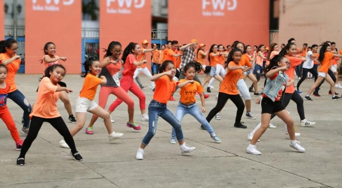 300 thành viên bao gồm các em thiếu nhi từ 5 tuổi đến các cô bác 60 tuổi, đến từ các ngành nghề khác nhau trong trang phục năng động đã góp phần làm nên không khí hứng khởi của màn biểu diễn. - Tin sao Viet - Tin tuc sao Viet - Scandal sao Viet - Tin tuc cua Sao - Tin cua Sao