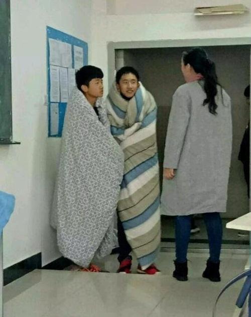Ngay sau khi bước vào cửa lớp, họ đã bị cô giáo chặn lại ở cửa hỏi lí do.