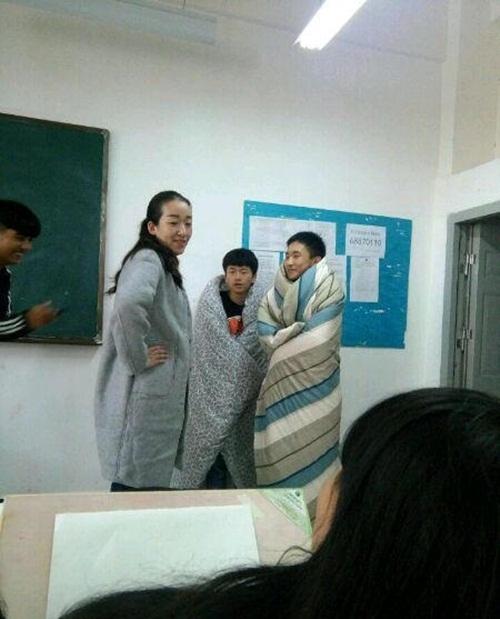 """Sau khi trình bày về nỗi khổ trong thời tiết giá lạnh, """"đôi bạn cùng tiến"""" cũng được cô giáo cho vào lớp và ngồi học trong chiếc chăn ấm áp."""
