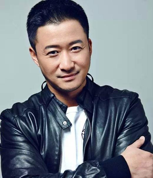 Gương mặt điển trai của Ngô Kinh đã thu hút các đạo diễn từ khi còn học trong trường võ thuật.