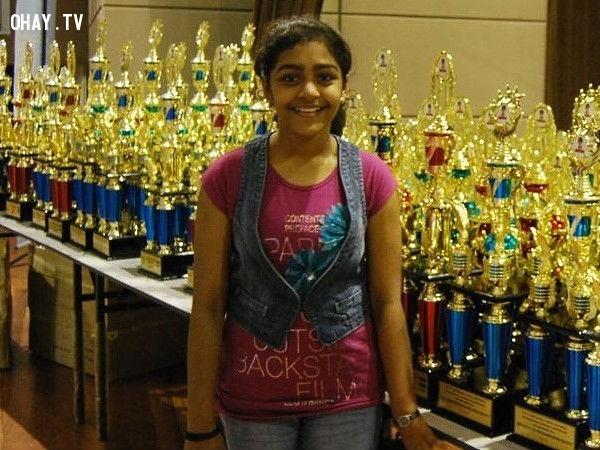 """Priyanshi Somani bắt đầu tính nhẩm khi 6 tuổi. Năm 11 tuổi, em là thí sinh trẻ nhất của World Cup về tính nhẩm và đã giành chiến thắng vào năm 2010. Em cũng là thí sinh duy nhất tính đúng 100% cho đến nay trong cả năm lần kì thi này diễn ra. Em là người chiến thắng của Giải thưởng """"Những đứa trẻ tài năng Pogo"""" năm 2010 ở hạng mục thiên tài. Tên của em được đưa vào Sách Kỉ lục Thế giới Limca cũng như Sách Kỉ lục Thế giới Guinness."""