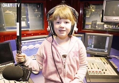 Elaina Smith đã trở thành nhà tư vấn tâm lí trẻ nhất thế giới khi chỉ mới 7 tuổi. Em được biết đến là phát thành viên trẻ nhất thế giới. Nhà tư vấn nhỏ tuổi này giải quyết các vấn đề và mang đến nhiều giải pháp về chuyện tình cảm cho người nghe đài, chẳng hạn như cách chọn bạn trai.