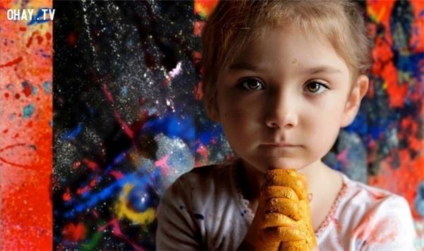 Aelita Andre sinh ngày 09/01/2007, là một nghệ sĩ trừu tượng người Australia nổi tiếng nhờ phong cách vẽ tranh theo trường phái siêu thực. Em bắt đầu vẽ lúc mới 9 tháng tuổi và đã có tranh được treo ở một triển lãm nổi tiếng khi chỉ mới 2 tuổi. Triển lãm đầu tiên của riêng em mở cửa ở thành phố New York vào tháng 6/2011, lúc em 4 tuổi.