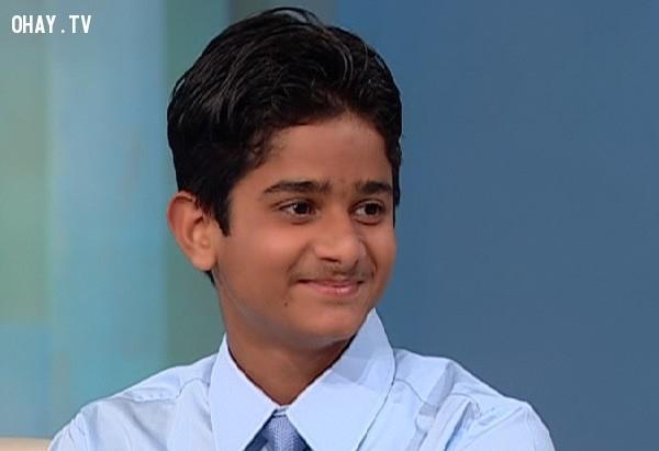 Chàng trai Akrit Jaswal người Ấn Độ từng có chỉ số IQ là 146.Anh bắt đầu thu hút sự chú ý của công chúng vào năm 2000, khi thực hiện ca phẫu thuật đầu tiên ở nhà. Năm lên 7 tuổi, anh đã làm mọi người bị sốc khi phẫu thuật cho một bé gái cùng quê do bị bỏng mà các ngón tay dính chặt vào nhau.Anh đã tập trung trí thông minh phi thường vào y học và trở thành người trẻ nhất được nhận vào một đại học Y ở Ấn Độ (Đại học Punjab), khi chỉ mới 12 tuổi.