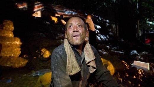 Lão nông khốn khổ ngồi thất thần bên núi khoai tưởng như không cách nàotìm được người tiêu thụ.