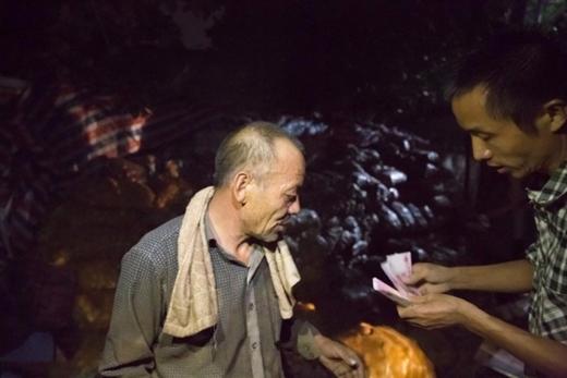 Sự chia sẻ hết lòng của những người xa lạ đối với lão nông lúc hoạn nạn nàyquả là một nghĩa cử nhân đạo, ấm áp lòng người.
