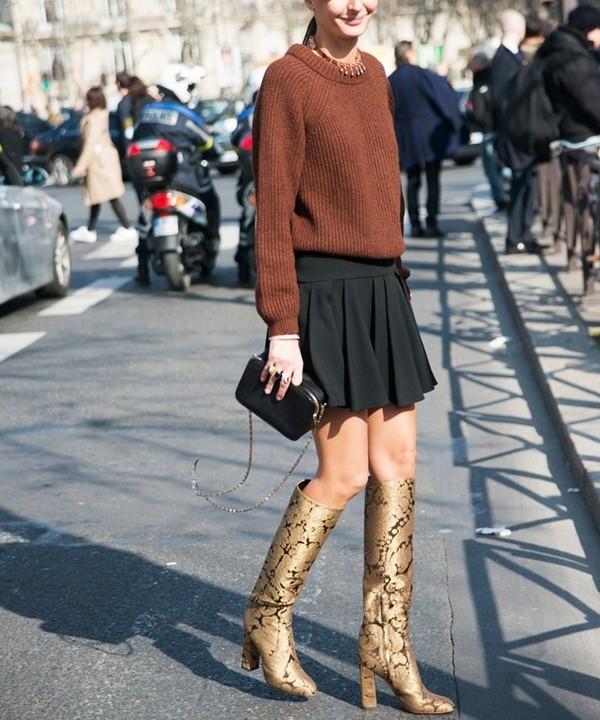 Chiếc áo len phối cùng váy xòe sẽ khiến bạn trông trẻ trung hơn rất nhiều.