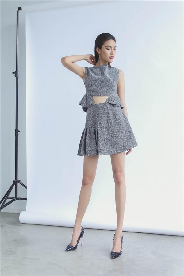 Nữ người mẫu trẻ trung với cả cây xám khoe eo thon qua đường cắt lạ mắt ở vòng hai.