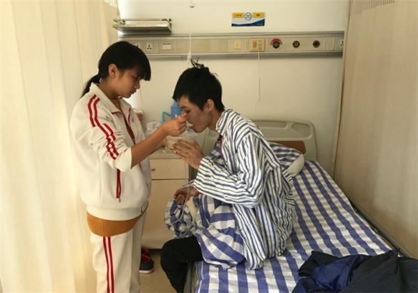 Hiện tại anh trai của Hoa đang rất gầy yếu và trong tình trạng nguy kịch.