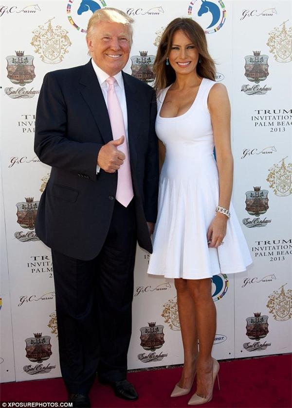 Bà Melania xinh đẹp bên cạnh chồng mình.