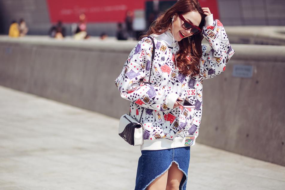 Một chiếc áo khoác với họa tiết sắc màu bỗng chốc làm sáng rực bộ trang phục tưởng chừng đơn giản của bạn.