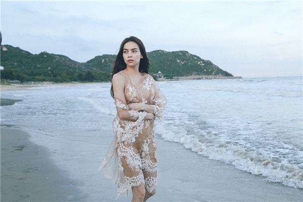 Hồ Ngọc Hà thả rông vòng một, buồn man mác lang thang trên biển - Tin sao Viet - Tin tuc sao Viet - Scandal sao Viet - Tin tuc cua Sao - Tin cua Sao