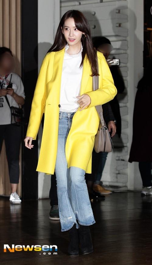 Trang phục của Yoona thay đổi 360 độ trongsự kiện thứ hai.