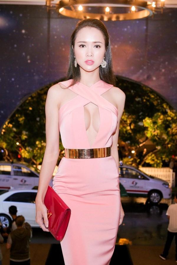 Vũ Ngọc Anh cũng là một trong những cái tên bước vào cuộc đua váy xẻ này với thiết kế màu hồng nhạt khoét ngực hay cách cắt vòng chữ U táo bạo. Vòng một đẩy đà của nữa diễn viên khiến người đối diện đôi khi phải đỏ mặt.