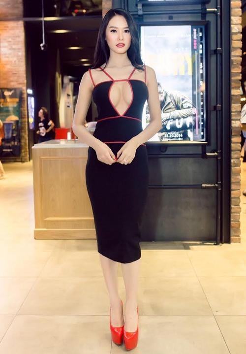 Những chiếc váy xẻ khiến người xem đỏ mặt của mỹ nhân Việt