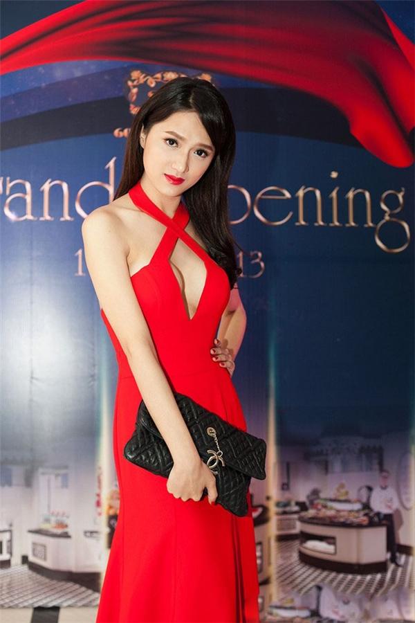 Phương Mai, Linh Chi, Hương Giang Idol trở thành tâm điểm giữa sự kiện với vòng một hờ hững trong lớp váy áo mỏng manh.