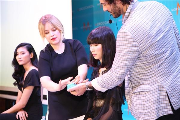 Các chuyên gia Antonio và Violet Sainsbury của Moroccanoil hướng dẫn tạo kiểu với bộ sản phẩm giữ nếp Texture mà ai cũng có thể dễ dàng thực hiện tại nhà.